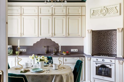 Парадная кухня-гостиная с зеленым акцентом