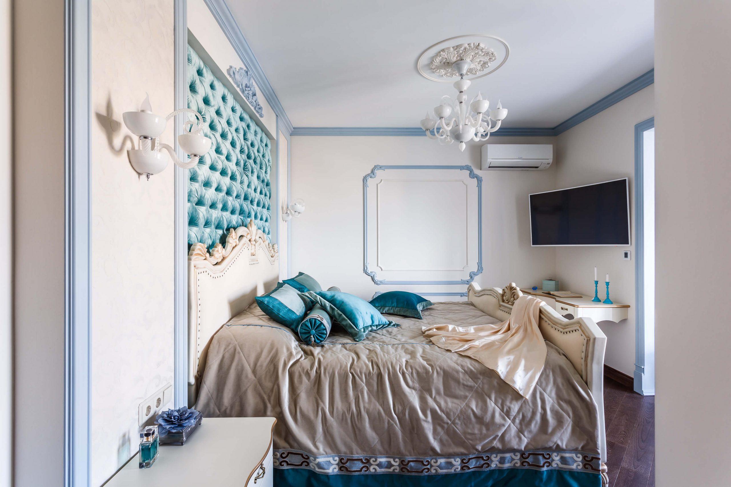 Помпезная спальня с бирюзовым акцентом